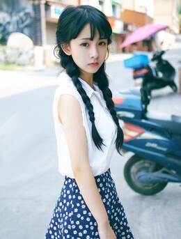 长辫子亚洲女孩夏日街拍唯美写真 西瓜冰淇淋尽享清凉
