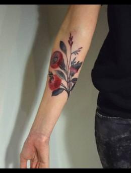 小手臂上色彩鲜艳的花朵花卉纹身图案男图片