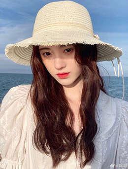 美女鞠婧祎一袭白裙装扮海边沙滩游玩写真照片
