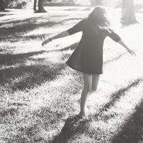 略带伤感的女生背影逆光、黑白唯美情感图片
