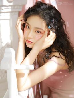 羊毛卷发型,有空气感的美女时尚羊毛卷发型图片