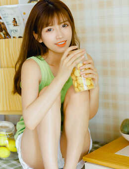 法式刘海长发美少女元气满满居家私房短裤写真图片