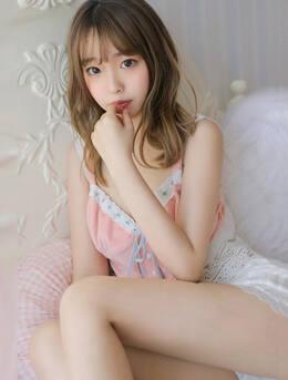 法式刘海美女嫩模性感吊带睡裙短裤美腿床上写真