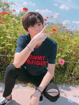 洪欣儿子张镐濂微博晒旅行照片 帅气阳光少年自信满满