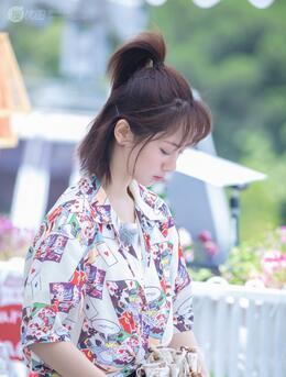 杨紫《中餐厅》最新穿搭造型,简单马尾发型配大花衬衫