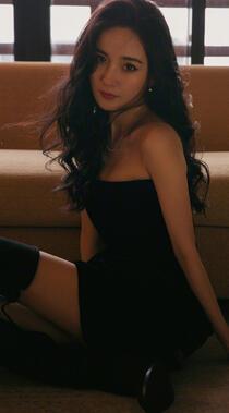 杨幂性感黑色抹胸连衣裙搭配气质微卷长发手机壁纸图片