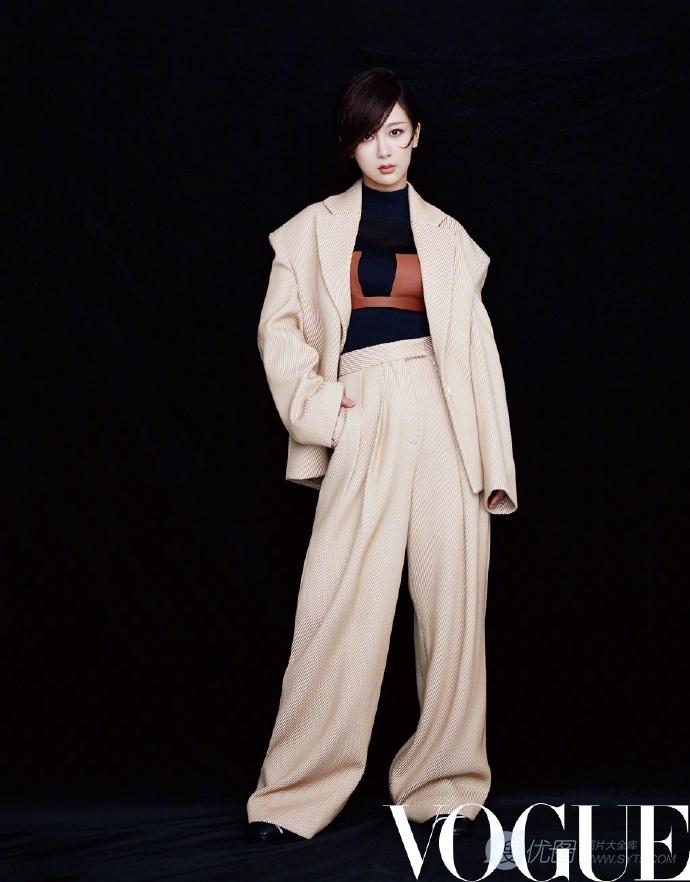 杨紫时尚着装戴帽杂志写真大片,刘海遮眼表情挺高冷套图1