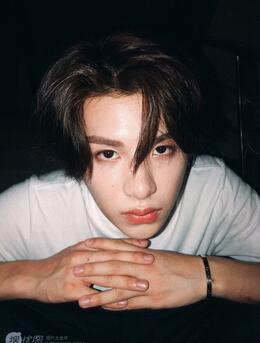 内地歌手组合NINE PERCENT成员黄明昊(Justin)自拍照片