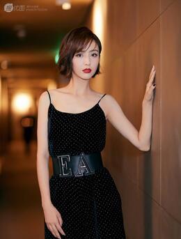 清爽时尚的吊带连衣裙加短发,你也可以和佟丽娅一样好看