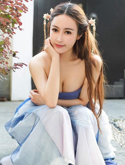 古典汉服装性感丰腴美女室外园林韵味写真图片,身材仿若杨贵妃