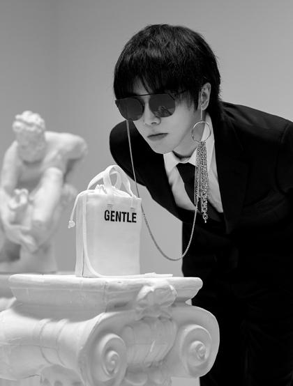 华晨宇与欧式美女雕像个性非主流写真摄影图片