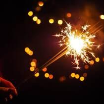 夜晚,手拿火光四射烟花棒的人唯美意境图片