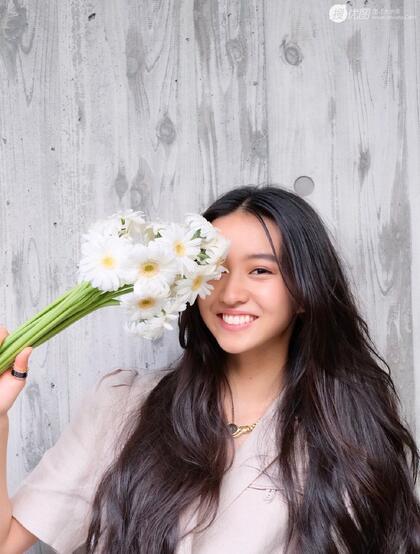 木村光希微博晒手拿花束甜美可爱生活照片