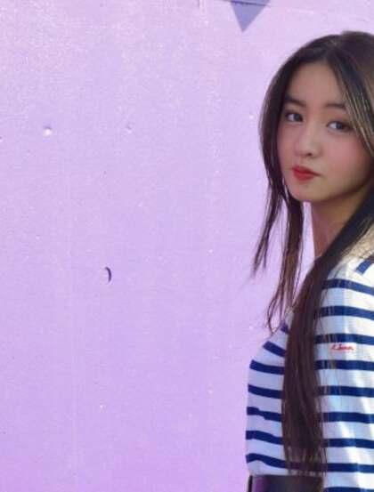 穿条纹T恤衫的美丽女孩,木村光希甜美写真图片