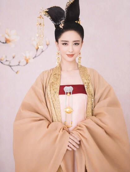 佟丽娅微博晒古装汉服装扮写真,展现端庄典雅的古代美人魅力