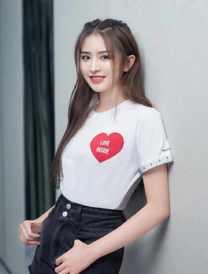 山东美女歌手金子涵爱心T恤搭配黑色短裤青春靓丽写真