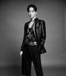 王一博黑衣皮衣长裤帅气侧颜黑白写真图片组图4