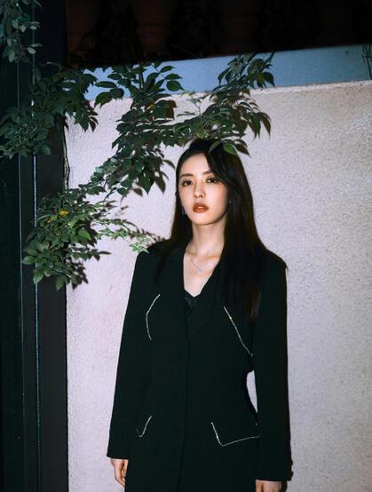 蔡文静超美夜晚街拍写真,彩妆红唇搭配连衣黑裙,尽显妖娆魅力