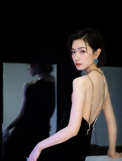 万茜性感露背装礼服黑裙活动写真照