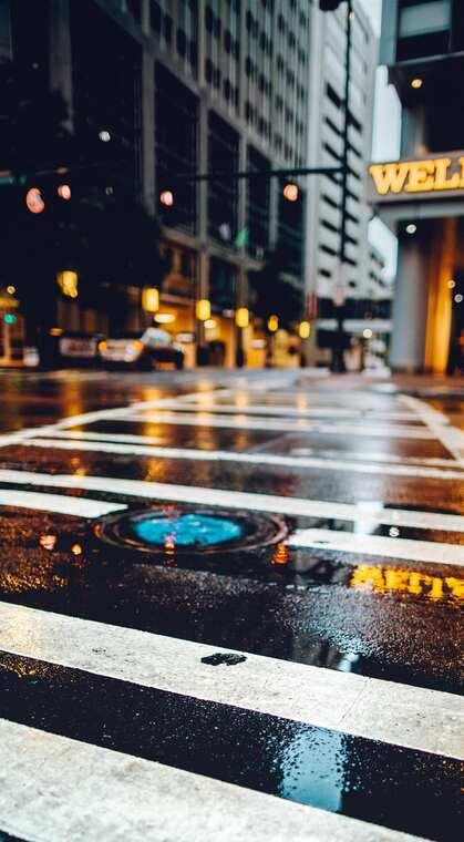 雨后繁华城市街头路口的斑马线风景
