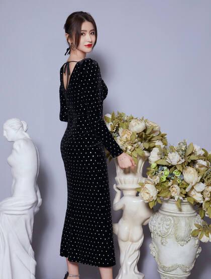 金子涵黑色波点深V长裙户外采风气质写真,尽显性感丰满事业线