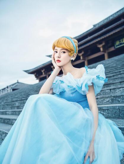 张予曦化身灵动可人的灰姑娘,或娇俏甜美的白雪公主超美复古写真
