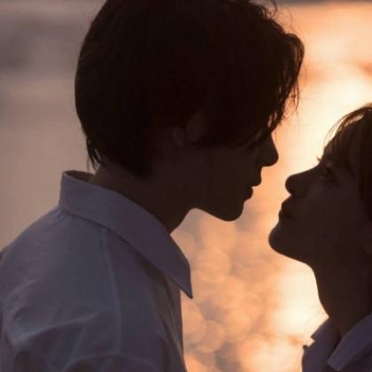 青涩的爱情,海边的浪漫情侣,真人男女海边牵手,拥抱超甜配对头像图片