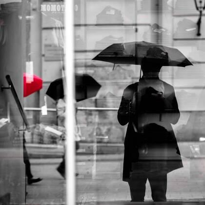 下雨天撑着伞行走在城市街头马路上的人们唯美感伤图片