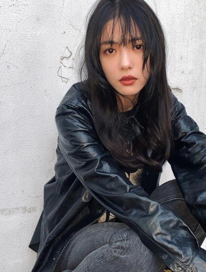 蔡文静黑色皮衣牛仔裤酷美穿搭废旧风格写真图片