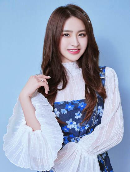 金子涵白衫加蓝色印花裙显白皙美腿气质甜美写真图片