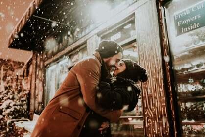 冬季,下雪天 街头店面前 一对恩爱拥抱的欧美情侣,爱人高清壁纸图片