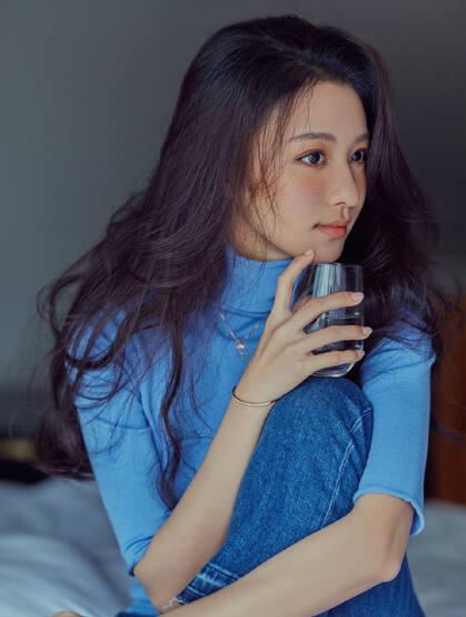 王楚然蓝色高领毛衣牛仔裤床上写真美照