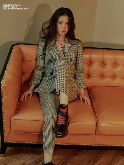 王楚然格纹套装着身舒适感十足沙发写真登杂志写真气质图片