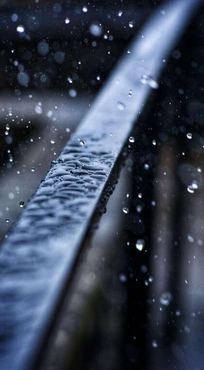 下雨天 雨水 铁栏杆 滴答的雨滴唯美手机壁纸图片