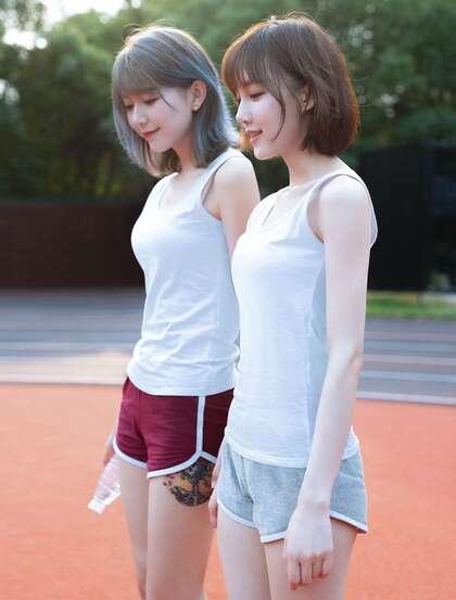 美少女闺蜜一对,白色背心短裤美少女闺蜜校园内衣可爱迷人写真美照