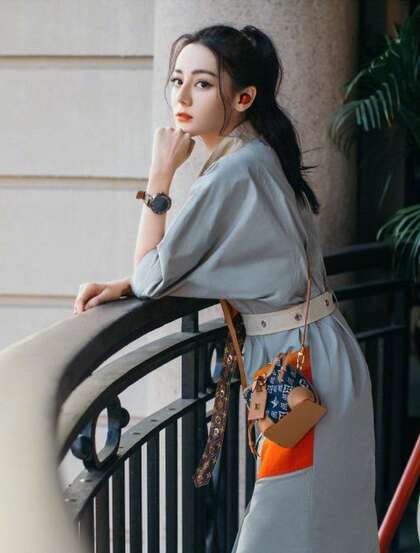 迪丽热巴清爽简约灰裙,小挎包,运动鞋穿搭居家优雅写真图片