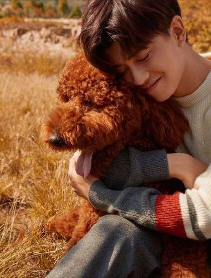 任嘉伦温暖相伴户外写真,与可爱狗狗合影,享受阳光自然魅力