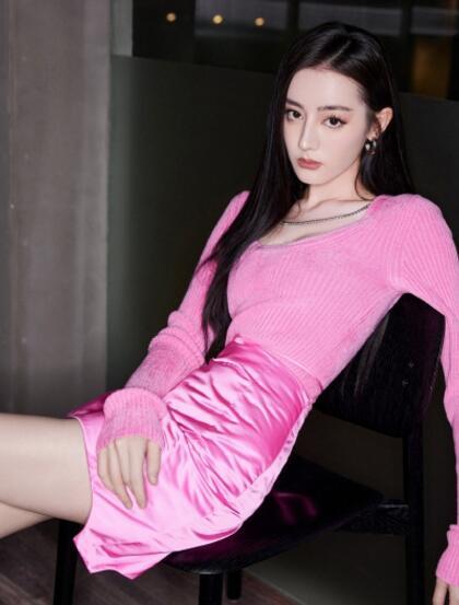 迪丽热巴粉衣玫红短裙穿搭性感迷人私房沙发写真图片