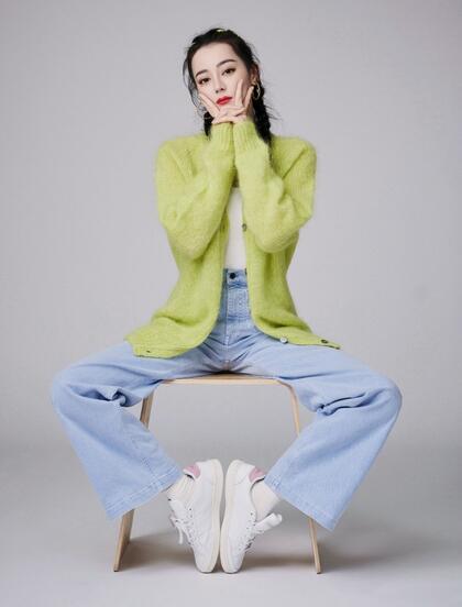 迪丽热巴双麻花辫发型搭配牛仔裤温柔俏皮玩转凳子戏法写真照片