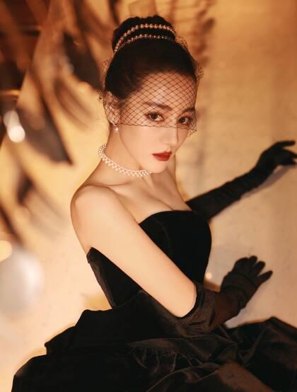迪丽热巴黑色抹胸连衣长裙礼服穿着性感摩登写真美照