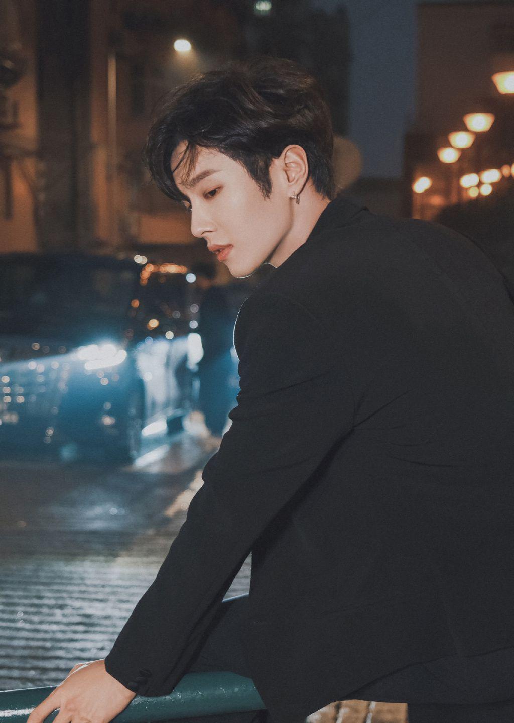 李汶翰化身午夜街头黑衣王子帅气街拍写真照片套图3