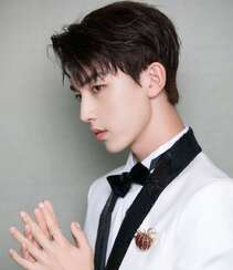 郭俊辰白色西服黑裤穿搭帅气写真照片