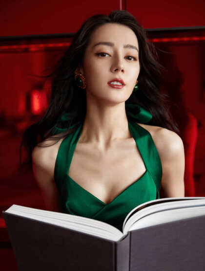 迪丽热巴墨绿色吊带长裙沙发写真美照
