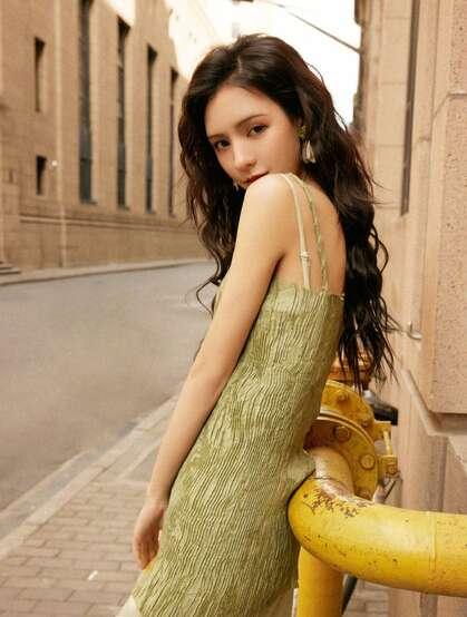 张予曦绿色连衣裙春日街拍写真,尽显法式优雅风情