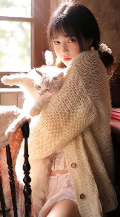 怀抱小猫咪的大眼睛可爱美少女居家温暖写真手机壁纸图片