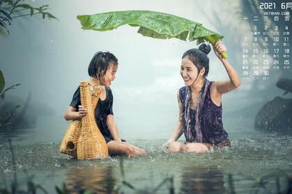 2021年6月日历图片,在大雨中捕鱼的两个越南少女,女孩壁纸图片