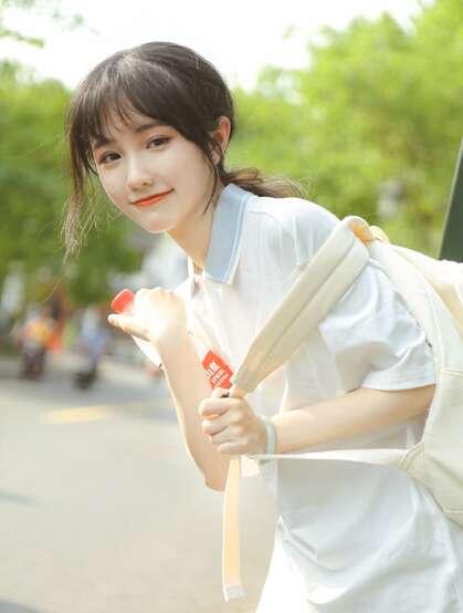 这个女孩有点甜哦!穿着校服的可爱清纯学生妹子街拍写真图片