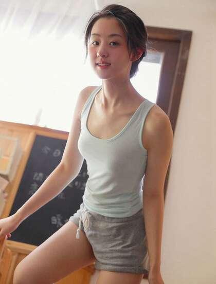 笑起来眼睛像月牙般的可爱美少女背心短裤穿着居家板报前纯美写真套图