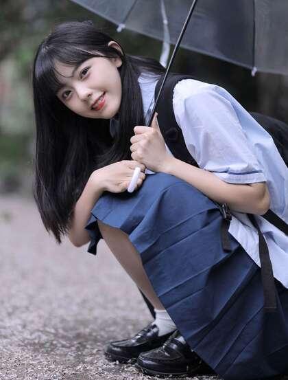 可爱清纯齐刘海黑直长发美少女学生妹子手拿雨伞甜美街拍写真大图