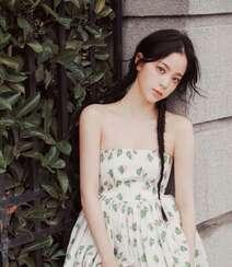 欧阳娜娜甜美清新抹胸印花裙街拍写真图片组图3